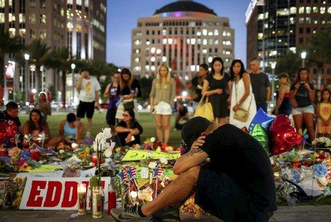 Tragedien i Orlando rystet hele verden, og etterforskes som et terrorangrep. Her vises Jean Dasilva som sørger over han drepte venn Javier Jorge-Reyes.