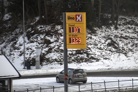 IKKE PÅ TIPPEN: I store deler av landet er det priskrig på bensin. Torsdag ettermiddag var det lite krig å spore på Tippen i Hønefoss sentrum. Uno X hadde literprisen 14,79 kroner. (Arkivfoto fra en billigere dag)