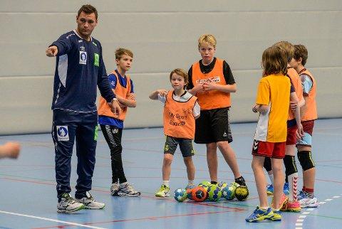 God undervisning: Joakim Hykkerud viste unggutta mange gode triks på håndballbanen.