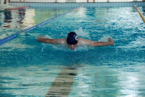 BESTE ØVELSE: Butterfly er Håkon Walsø Finnøens favorittøvelse i svømmebassenget.
