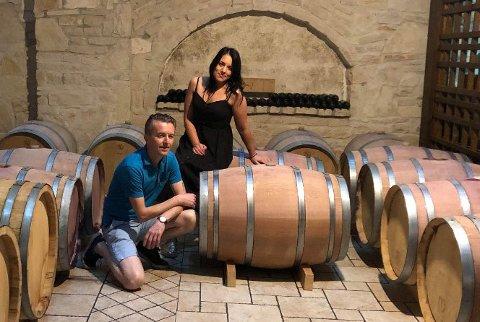 LANSERER EGEN VIN: Kjøkkensjef Bent Borge Hansen og hovmester Veronica Smotry i Italia.