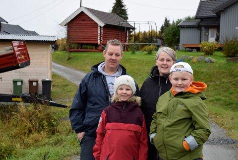 GÅRDSCAMPING: Familien Simarud Nyhuus synes det hadde vært sosialt og fint med en campingplass hjemme på gården. Alle er med på planleggingen, Øivind, Ingrid, Tove-Marthe og Bjørn-Aasmund.