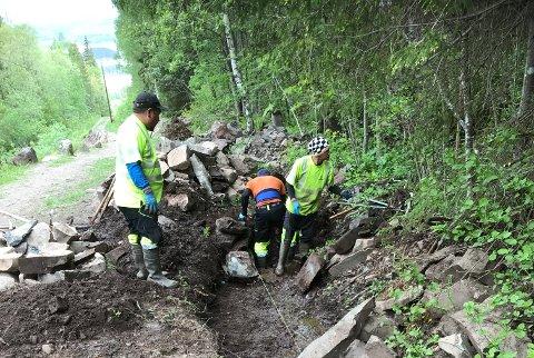 I FULL GANG: Også denne sommeren sørger sherpaer fra Nepal for å forbedre veien opp Kleiva i Hole.