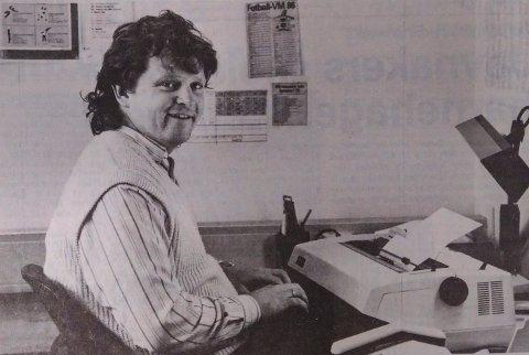 1986: Niels Røine med skrivemaskinen klar før avreise til Mexico-VM.