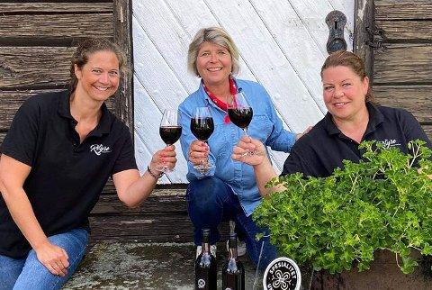 FIKK BESØK PÅ GÅRDEN: Røyse Bæresseris Cecilie Bjørnebye Jensen (t.v.) og Ingvild Collet-Hanssen (t.h.) hadde besøk av administrerende direktør i Matmerk, Nina Sundquist.
