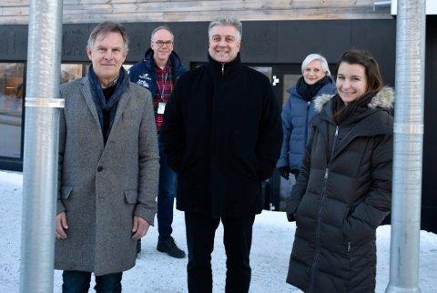 VIL HJELPE: Helge Stiksrud, Viktor Moholdt og Veronika Bazel i Pan Innovasjon har tro på at de kan ta gode ideer herfra til månen med god hjelp av Steinar Aasnæss på universitetet Sør Norge og Harriet Slålien i Ringerike kommune.