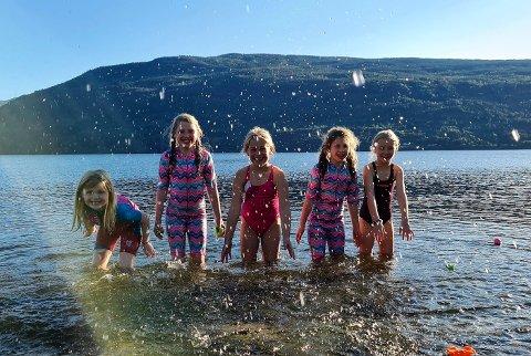 BADEMORO: Guro Lurås Kjennevold (7), Svanhild Haukaas (10), Mille Lauvstad (8), Solveig Haukaas (8) og  Nora Sofie Ålykkja Skrindebakke (8) koste seg i Tinnsjøen i dag.
