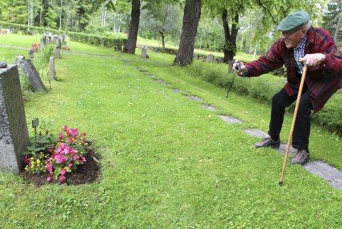 Fant gravstedet: Erling Werner Ruud fikk høre historien for noen år tilbake, og under sin forskning endte han opp på «Willi Jutzis gravsted». FOTO: kjell aasum