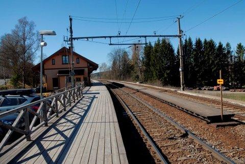 STENGES: Midtplattformen (til høyre i bildet) ved Haga stasjon stenges. Det betyr at totalt fire avganger verken vil ha av- eller påstigning i morgen- og ettermiddagsrushet.