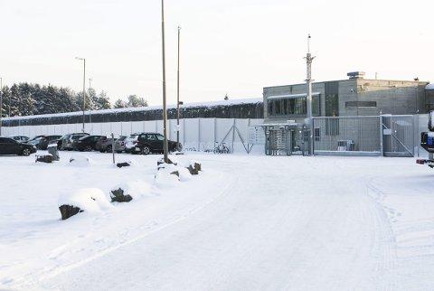 PROTESTERER: Innsatte ved Ullersmo fengsel protesterer mot støy – blant annet fra toglinja og E6 (se kart litt lenger ned i saken). FOTO: LISBETH LUND ANDRESEN/GOOGLEMAPS