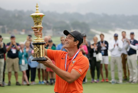 Viktor Hovland, of Norway, holds up the Havemeyer Trophy on the 13th green of the Pebble Beach Golf Links after winning the USGA Amateur Golf Championship Sunday, Aug. 19, 2018, in Pebble Beach, Calif. Hovland became the first Norwegian to win the U.S. Amateur, beating UCLA sophomore Devon Bling 6 and 5 to cap a dominant week at Pebble Beach. (AP Photo/Eric Risberg)