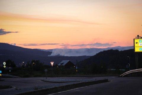 MYE RØYK: Det var fortsatt mye røyk mellom Rotnes og Åneby fredag kveld. Dette bildet er tatt fra Slattum.