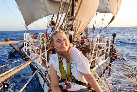 Dette skoleåret har Frøydis Åsheim fra Gjerdrum vært utvekslingsstudent ombord på et skip. Etter å ha sittet koronafast på Bermuda i flere uker, er hun nå på vei hjem. Alle foto: Privat