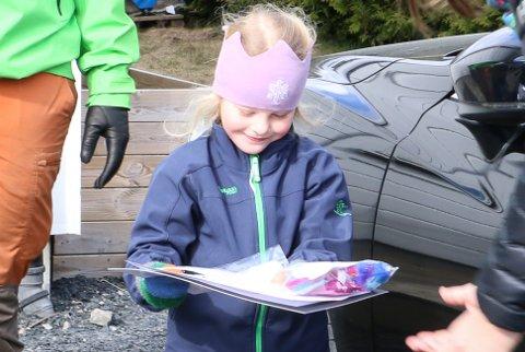 FIKK BESØK: Maia Sjåfjell Ølstad fikk besøk av barnehageansatte. De hadde med seg en overraskelse.