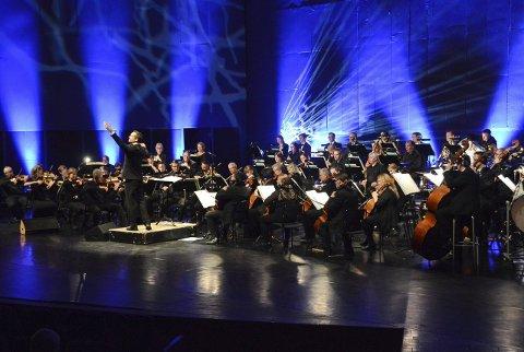 AKTIVT ORKESTER: Vestfold Symfoniorkester, her under ledelse av dirigent Jon Terje Svendsen under «Proms»-konserten i Hjertnes kulturhus i april i fjor. FOTO: KRISTIN BJØRNTVEDT