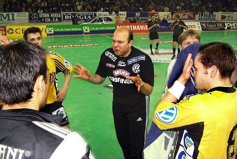 TILBAKE I SANDEFJORD: Leif Gautestad var trener i Runar rundt 2000-skiftet, og kommer til å bidra igjen denne sesongen. Her fra 1999, under en kamp der Gautestads spillere ga de spanske verdensstjernene i Caja Santander kamp til døra.