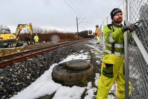 STENGER OVERGANG: Gjerdemontør Marius Hjort i enteprenørfirmaet Anton W. Johansen monterer gjerde som stenger av den usikrede planovergangen på Virik.