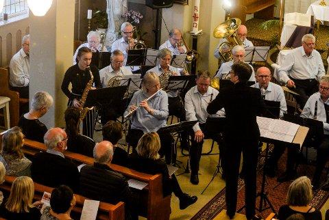 ALTSAXOFON: Her spiller gjestesolist, Line Bjerkeskaug, sammen med Sandefjord Veteranensemble. Konsertens dirigent var Heidi Tveita.