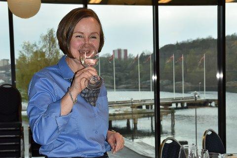 VINKJENNER: Lise Karin Midtbø kan sin vin, og spytter bestandig når hun er på jobb for Vinmonopolet. – Det hender at jeg glemmer meg når jeg skal kose meg hjemme, og går bort til vasken for å spytte, ler hun. FOTO: Vibeke Bjerkaas