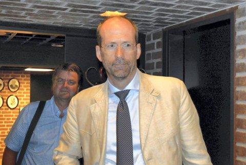 ETTERLYSTE: Advokat Jan Fougner oppfordret formannskapet for to år siden til å skaffe kommunen et nytt varslingsreglement. Her er han sammen med Tenden-advokat Anders Hauger.