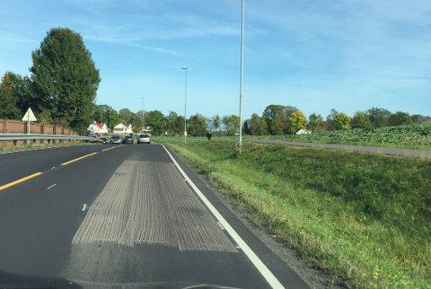 REKLAMASJON: Det viser seg at asfalten, som nettopp er lagt, ikke er god nok. – Jeg var der selv og kikket på veien lørdag. Her er det en feil i produksjonen, sier prosjektleder for drift og vedlikehold i Statens vegvesen i Vestfold Trond Haugstad. Den nyasfalterte veien strekker seg fra Meny Hasle til sentrum på fylkesvei 303. FOTO: Vibeke Bjerkaas