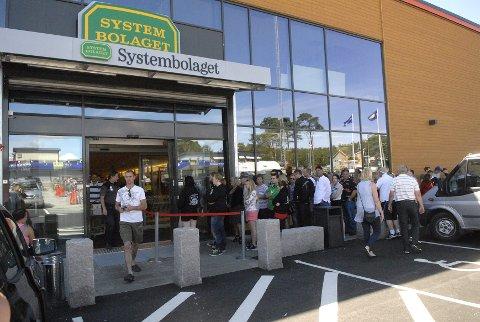 Det nye systembolaget (polet) i Oslovägen i Strømstad har mangee besøkend - så mange at det er vekter som odner den lange køen Det er 2 systembolag i lille Strømstad på 12.000 innbyggere