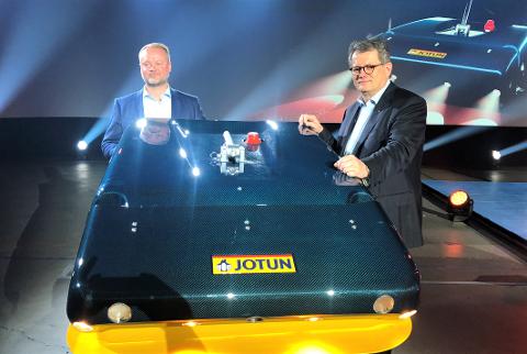 VERDENSNYHET: Konsernsjef Morten Fon (til høyre) og prosjektleder Geir Axel Oftedahl med det nye vidunderet som skal hjelpe skipsindustrien til både å drive mer miljøvennlig, mer effektivt og billigere. Roboten ble vist fram i Oslo torsdag, men for et langt mindre publikum enn planlagt.