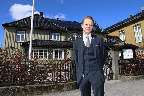 FOR STORE KONSEKVENSER: Morten Christensen ved Hotel Kong Carl oppfordrer myndighetene til å lette på restriksjonene. – Noe må mykes opp, sier han.