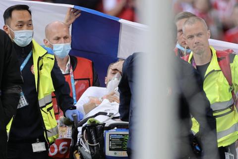 Christian Eriksen hadde øynene oppe da han ble kjørt ut fra stadion etter illebefinnende.