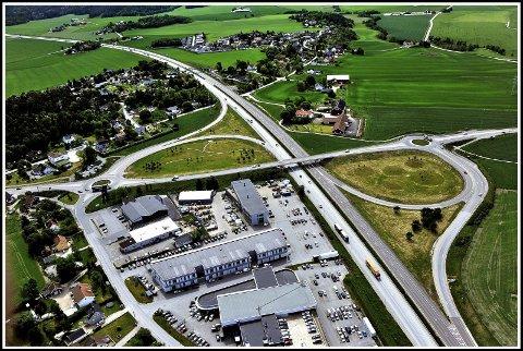 GRENSELAND: I grenseland mellom Sarpsborg og Fredrikstad ligger Årumkrysset. Krysset er et av mange landemerker langs E6.