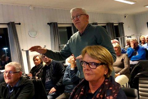 IKKE I TVIL: Odd Løkkevik fra Fredrikstad er ikke i tvil om at dobbeltspor gjennom sentrum av byene er en særdeles dårlig løsning. Han tok ordet flere ganger under folkemøtet i klubbhuset til Greåker IF.