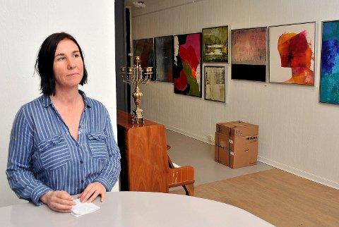 KASTER INN HÅNDKLEET: Anette Ravneng (49) ser det ikke økonomisk forsvarlig å drifte galleri Hos Anette videre. Det blir i tillegg for mange arbeidsoppgaver på en person. I juni stenger hun dørene for godt.