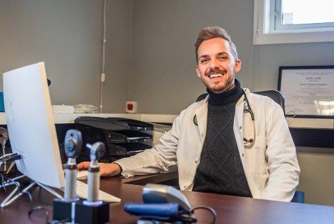 PÅGANG: Etter to måneder med hjemmekontor må mange en tur til legen for å få hjelp med ulike plager. - Stort sett lar det seg løse uten sykemelding, sier lege Patrick Normann Kristiansen.