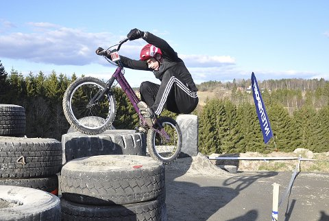 AVANSERT: Even Lippestad fra Hobøl IL har hoppet opp med sykkelen på denne dekkstabelen.