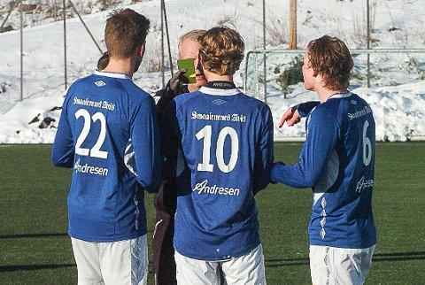 ADVARSEL: Espen Thømt (nummer 10) fikk gult kort av dommer Terje Grefslie fra Trøgstad/Båstad.