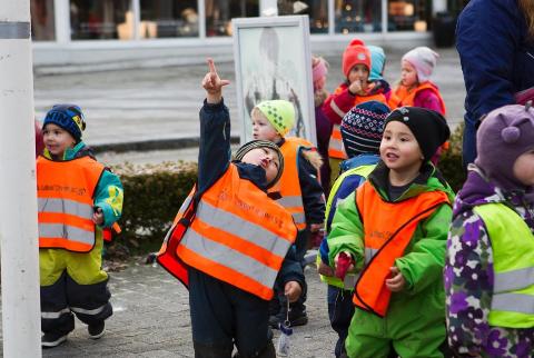 Barnehagene er nå stengt, men mange lurer på om det er greit at barna leker sammen.