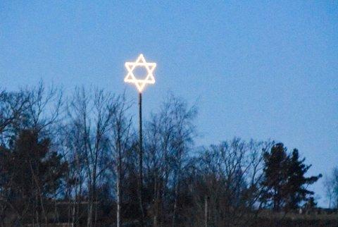 OMSTRIDT: Denne stjerna har de siste par julehøytidene stått og lyst på Jørpelandsholmen. I år blir stjerna endret på. Arkivfoto