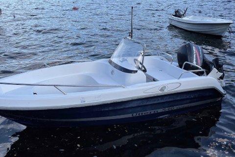 Denne båten ble funnet i Hamn i Lysefjorden på fredag. Det er en Uttern S45. Båten er tatt hånd om av politiet.