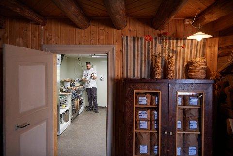 MÅTTE STENGE: Kim Tore Sjøbakk eier og driver restauranten Experience i Henning i Steinkjer kommune. Nå har de vært stengt i snart to uker, på grunn av den nasjonale skjenkestoppen.