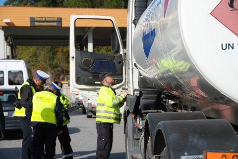 GRENSELØST SAMARBEID: Som et ledd i et europeisk prosjekt hadde UP besøk av ti polske kolleger denne uka. Torsdag deltok de i en trafikkontroll på E18 ved Solum.