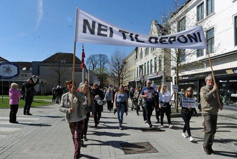 STOR OPPSLUTNING: Parolen Nei til deponi trakk flest mennesker under 1. mai toget i Porsgrunn i fjor. Det er ventet en stor samling av motstandere i Brevik neste uke også.