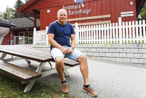 BARNEHAGEMILLIONÆR: Knut Bråthen foran Trollmyra barnehage i Skien som var en av de første han kjøpte.foto: dag tinholt