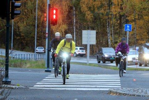 VÆR OBS: Det er lov for syklister å sykle over gangfelt, men da har ikke bilistene vikeplikt for deg. Da gjelder det å være helt sikker på at de stanser.