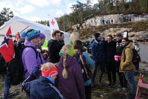 I KØ FOR BØ: Tarjei Bø var populær blant store og små på Gautefall, og eliteløperen stilte opp på en rekke selfies etter løpet.
