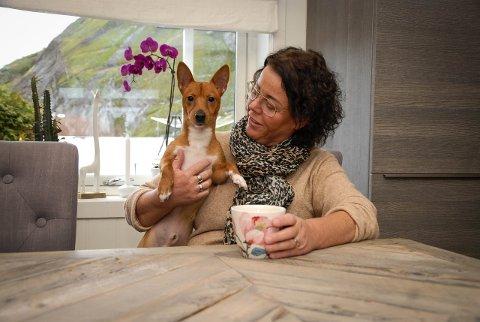 KOS: Den lille hunden Milo er på besøk hos «mormor», Anette Almerud.