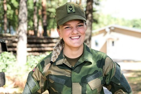 Flott i uniform: Her er Synne i uniformen sin, som hun var pliktig å gå i de første ukene i rekrutten. Foto: Privat