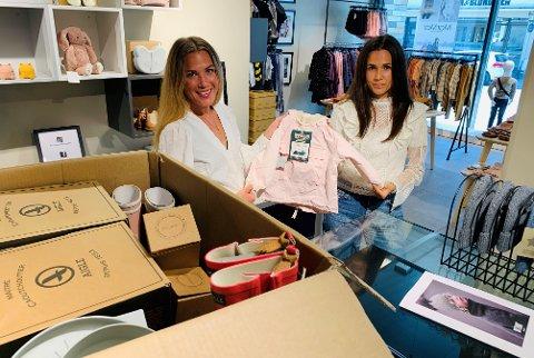 Linn Ditmarsen og Lone Ruud gir bort fem kasser med merkeklær.