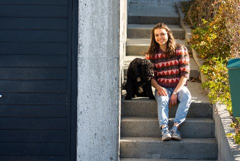 VANLIG VEI: Hunden Walter og Tora Klippen bor i Fjellveien, som det nå finnes 147 varianter av i like mange kommuner i Norge. Det gjør den til Norges vanligste veiadresse. Foto: Carina Johansen / NTB