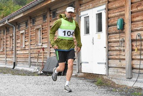 21.00: Dag Olav Tho er i ferd med å klare målsettingen om å gjennomføre Værstingen. Det vil si fem maraton. Nå er han ute på sin femte runde og må være i mål før klokken 21.05 i kveld.