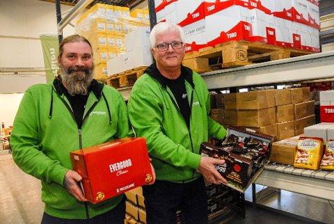 HAR NOK MAT: Ronny Polland og Thorgeir Nybo på Matsentralen Vestfold og Telemark i Larvik har mer enn nok mat til utdeling til vanskeligstilte. Det trengs bare et lokalt distribusjonsnett. Matsentralen drives på støtte fra fond, stiftelser, fylkeskommunen, statsbudsjettet og gaver fra næringslivet og private.